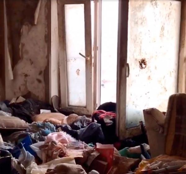 俄女童被母亲圈养在垃圾堆 警察穿防护服才能进入