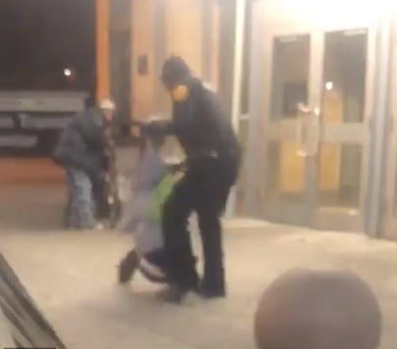 美一交警对躺地男子暴力执法视频引围观