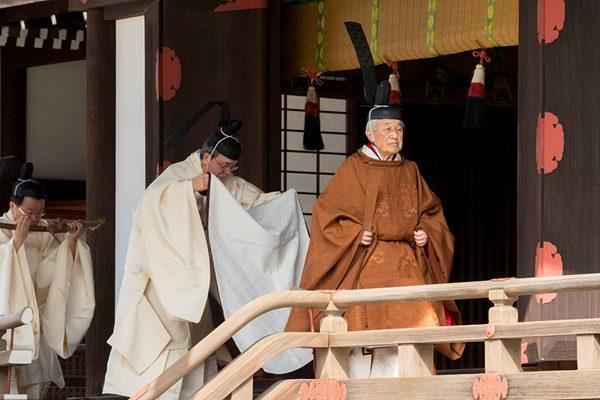 """日本明仁天皇盛装出席皇宫仪式 向祖先""""汇报""""退位计划"""