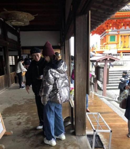 网友日本偶遇杨紫与网红艾克里里求福签