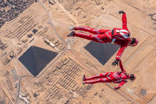 """两男子在金字塔上万英尺高空跳伞 玩""""冲浪"""""""