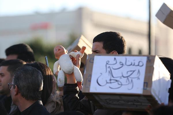 突尼斯11名新生儿不明原因死亡 民众抱布偶婴儿抗议