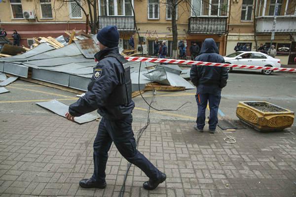 乌克兰基辅遭强风暴袭击 街头狼藉一片
