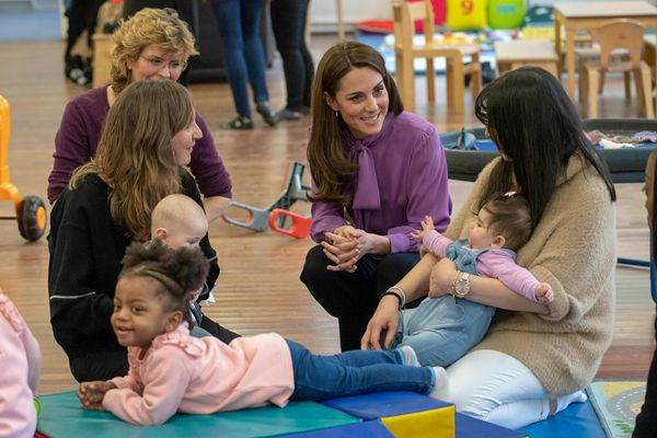 英国凯特王妃造访儿童中心 穿阔腿裤干练有范