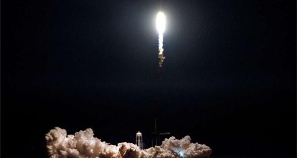盘货SpaceX最酷使命图片:特斯拉跑车被送入太空