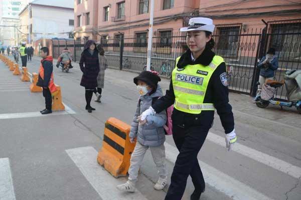 呼和浩特小学周边设女子交警护学岗