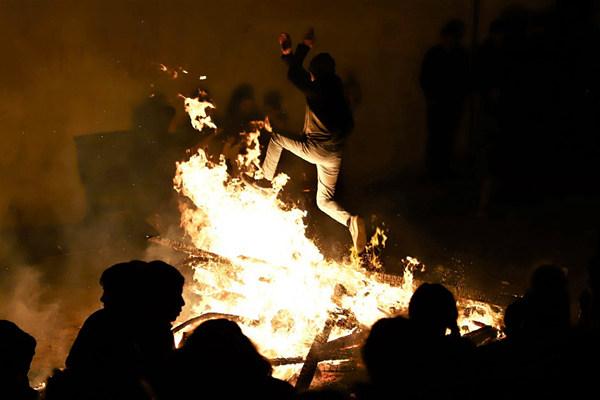 阿塞拜疆民众欢庆历春节 点篝火迎接春天到来