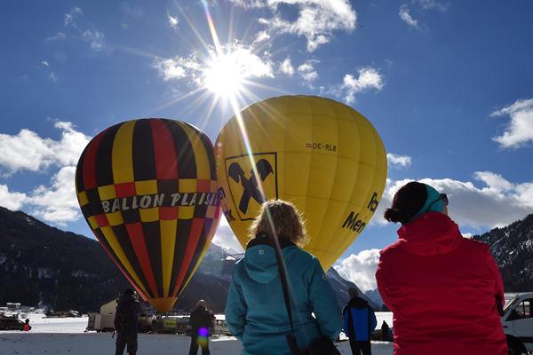 奥地利阿亨湖举办热气球节 雪山尽收眼底