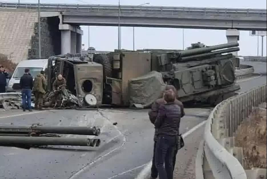 """俄军威力武器""""铠甲""""-S1发射车败给了民用道路,又双叒翻车!"""