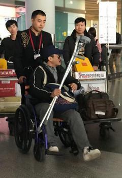 """吴京坐轮椅现身机场 团队回应""""刚紧急治疗完"""""""