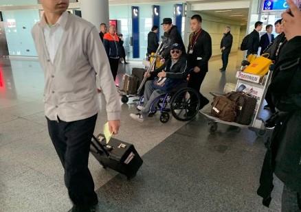 吴京手拿拐杖坐轮椅现身机场 疑似腿部受伤