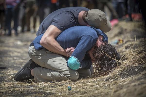 埃航空难遇难者亲属抵达坠机现场 悼念家人悲痛不已