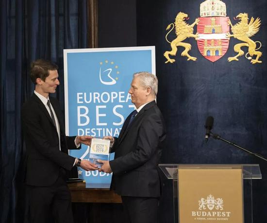 布达佩斯市长领取2019年欧洲最佳旅游目的地奖杯