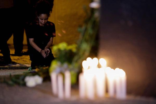 巴西校园枪击案致至少10人死亡 民众点蜡烛悼念受害者