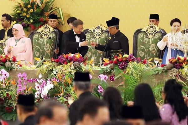 韩国总统文在寅夫妇出访马来西亚 出席晚宴获赠餐具等国礼