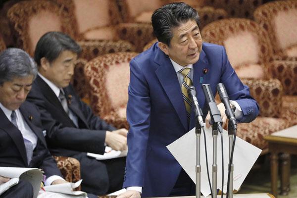 """安倍出席众议院预算委员会会议 不顾形象当众""""提裤子"""""""