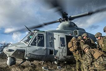 美国海军陆战队演练机场控制出动MV22倾转旋翼机