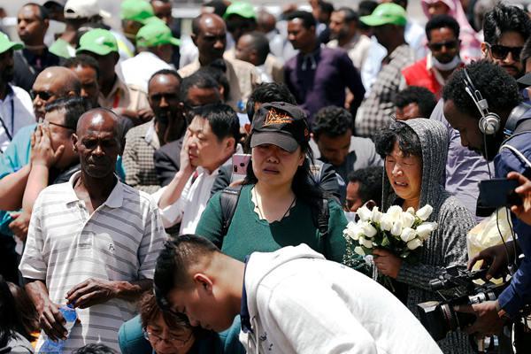 埃航坠机地点追思仪式 中国遇难者家属抵现场哀悼死者