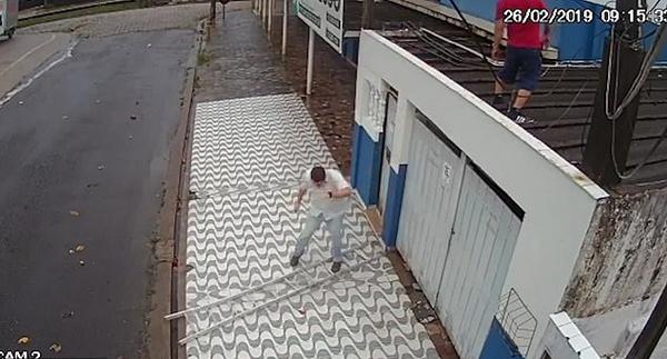 幸运!男子爬高脚下梯子滑倒 幸垂直安全落地
