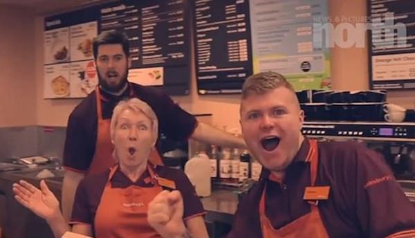 英超市员工为筹善款在走廊跳舞拍搞笑视频