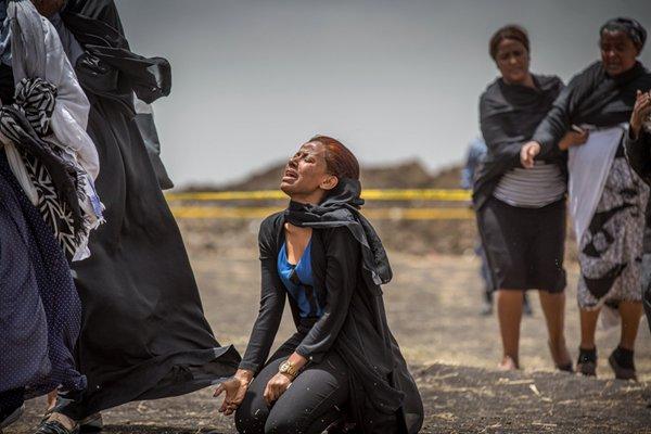 痛失亲人 埃航失事客机遇难者家属在坠机现场崩溃大哭