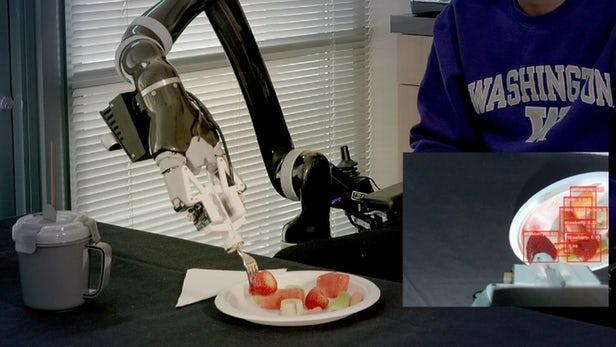 研究人员开发自动机械臂 可助行动不便人士进餐