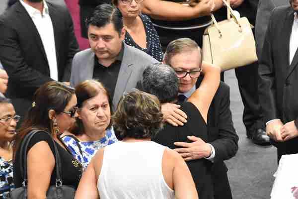 巴西校园枪击案部分遇难者葬礼举行
