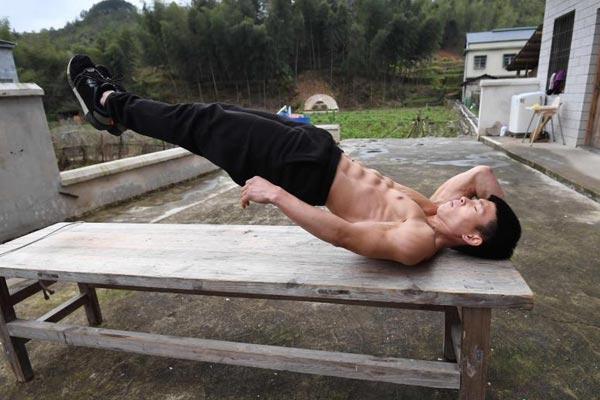 农村小伙靠杀猪桌和水管练成肌肉达人 成网红主播