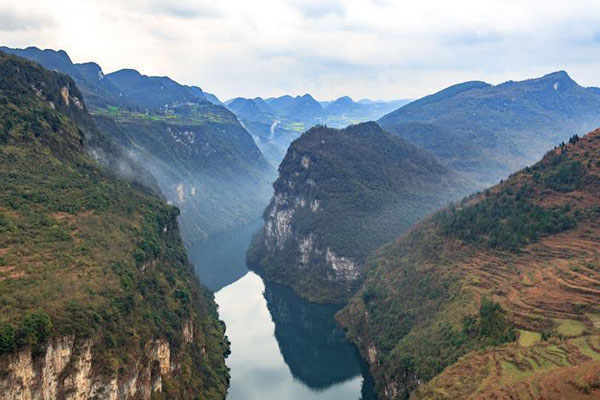 贵州鸭池河峡谷:坡陡山高 河水碧绿