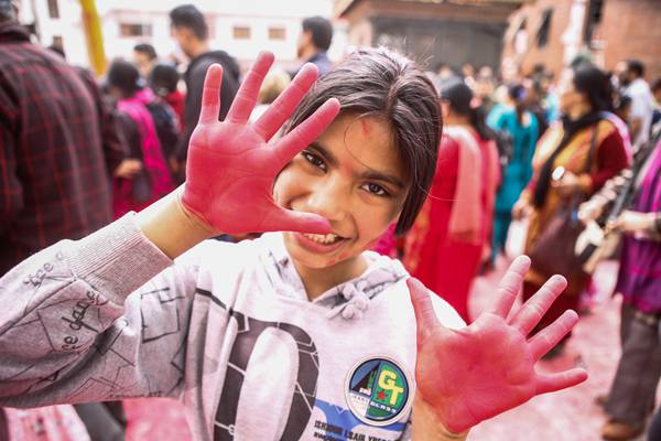 尼泊尔举办洒红节庆典 红烟漫天迎接春天