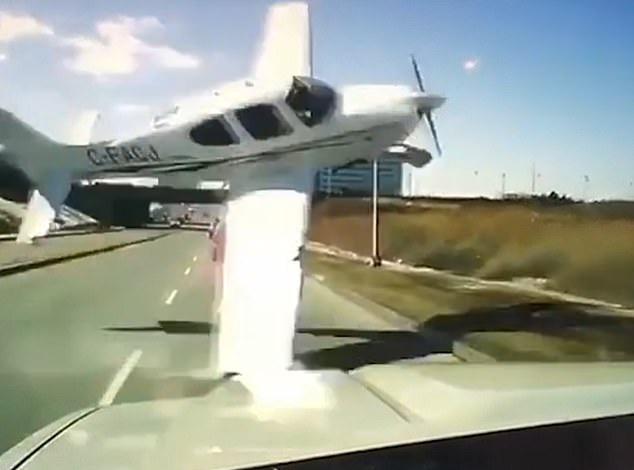 惊魂一刻!加拿大一小飞机失控坠落险撞行驶小轿车