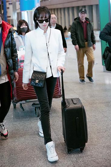 宋茜经典黑白配现身机场 墨镜遮面气场十足