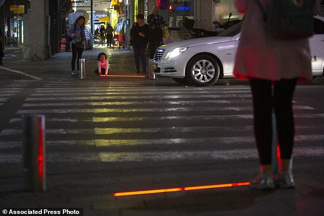 以色列城市街道安装LED交通灯 警示人们不要光看手机