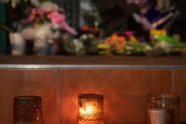 民众摆放鲜花和蜡烛哀悼新西兰枪击案遇难者