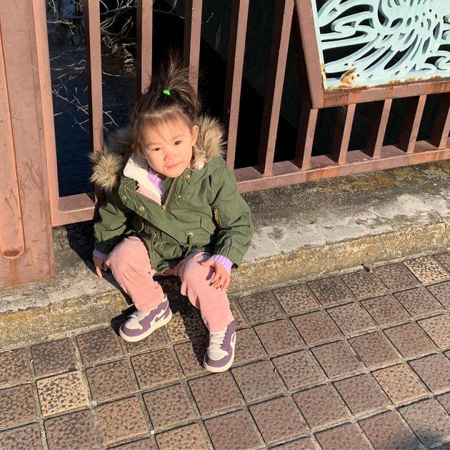 陈冠希又晒女儿Alaia萌照 头绑苹果头可爱十足