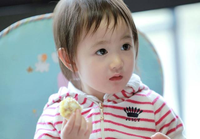 李小鹏家奥莉7岁了,清纯甜美楚楚动人,手中的红色指甲油很抢眼