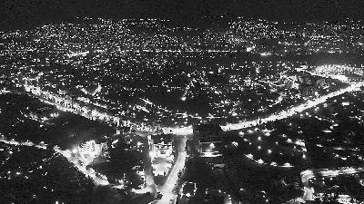 """环球时报记者手记:在卢旺达首都放飞无人机 俯瞰地上""""人性的银河"""""""