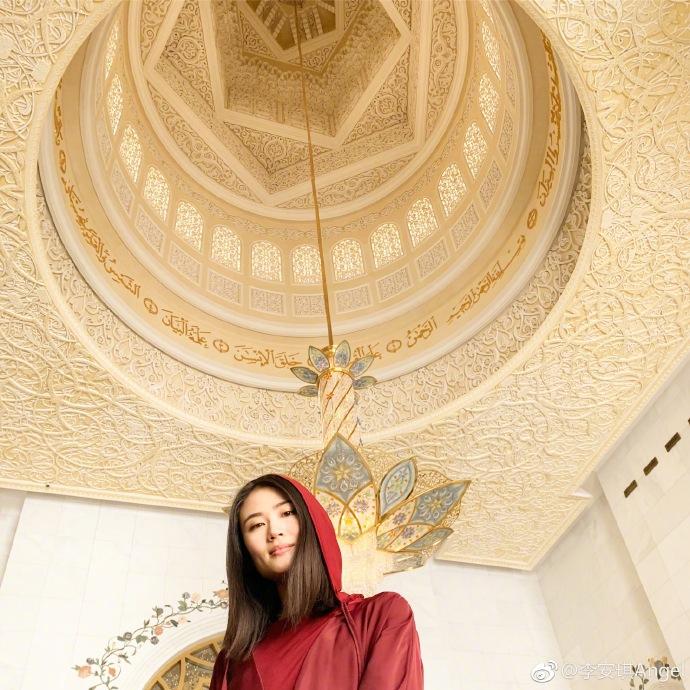 李小鹏与妻子游迪拜 李安琪穿大长袍尽显异域风情