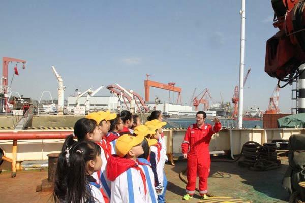 """中国海洋科考重器""""科学""""号向民众开放 吸引千余人参观"""