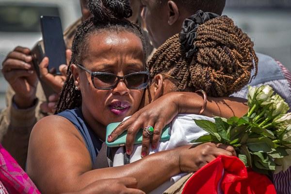 埃航坠机现场:持续有亲属悼念遇难家人