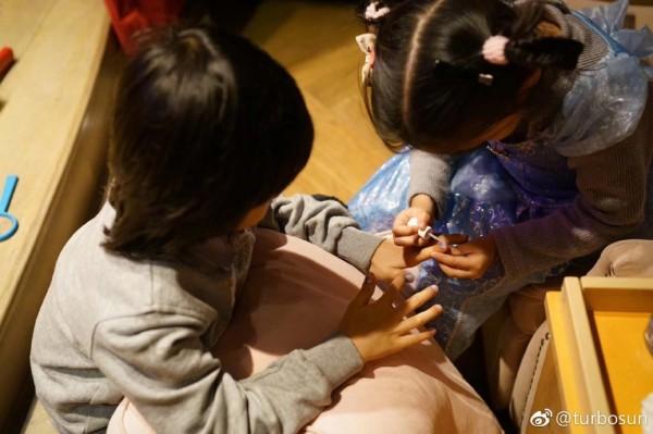 邓超晒儿女玩耍照 妹妹给哥哥涂指甲