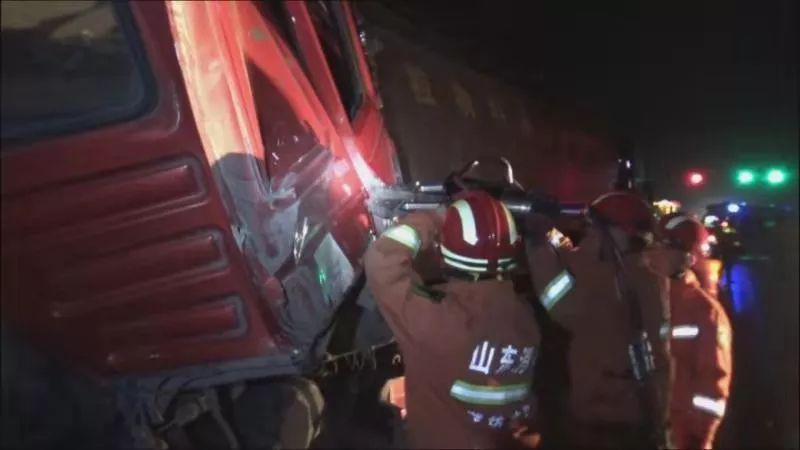 三辆罐车相撞一男子被困潍坊消防紧急救援