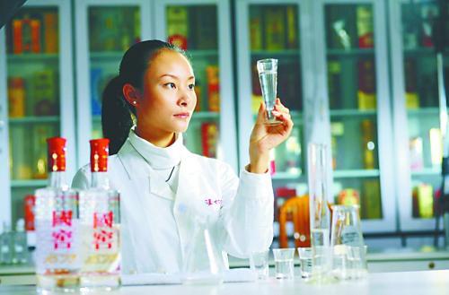 泸州老窖酒传统酿制技艺传承人曾娜:传承文化遗产,让活文物生生不息