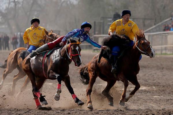 """吉尔吉斯斯坦举行""""马背叼羊""""大赛庆祝传统春节"""
