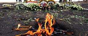 埃航遇难者家属用事发地焦土举行葬礼
