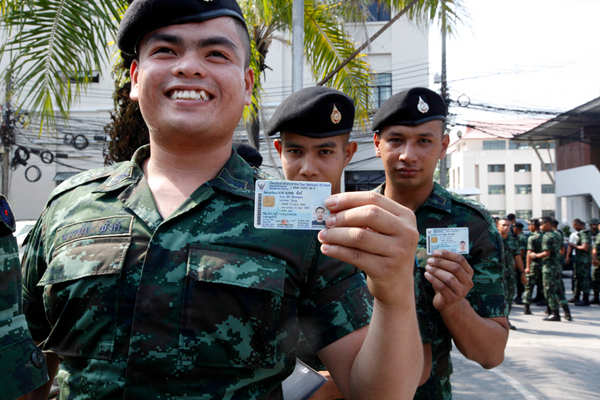 泰国大选将至 士兵参加提前投票