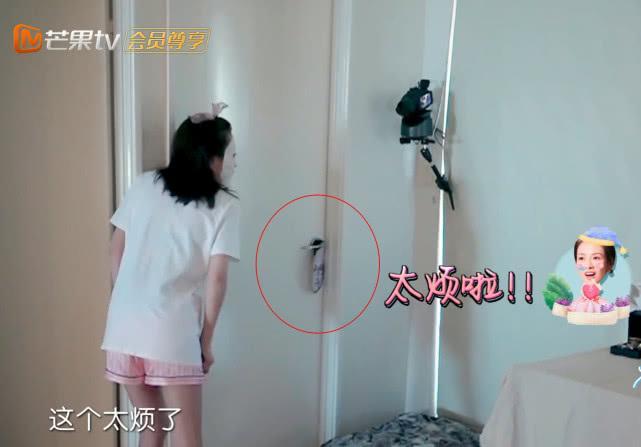 章子怡一个人赖床睡懒觉,当看到卧室门把手上挂着东西,网友炸锅
