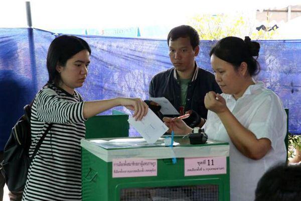 泰国大选提前投票日 泰选民参加投票