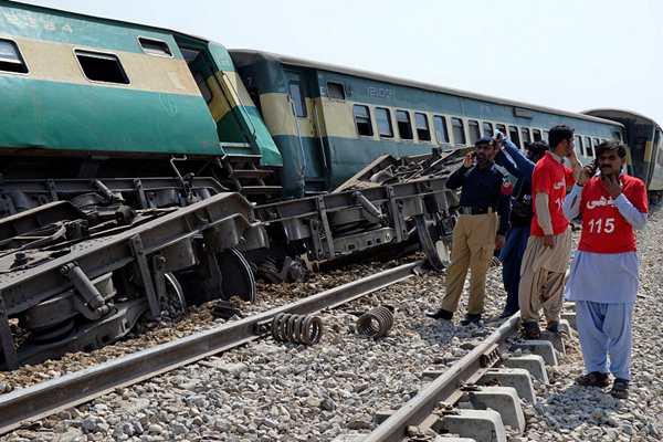 巴基斯坦一列火车遭炸弹袭击 造成4死7伤