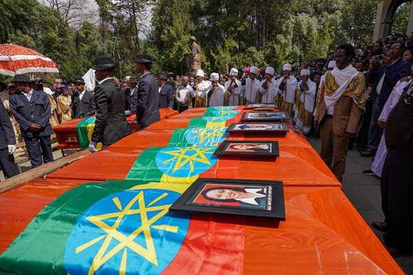 埃航空难遇难者家属用焦土代替遗体举行葬礼